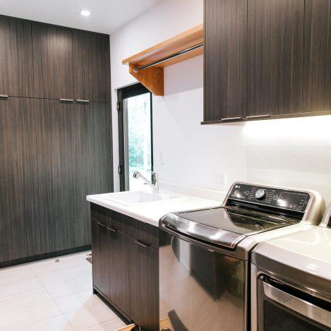 frameless Greigio Note laminate with laminate counter Laundry Room