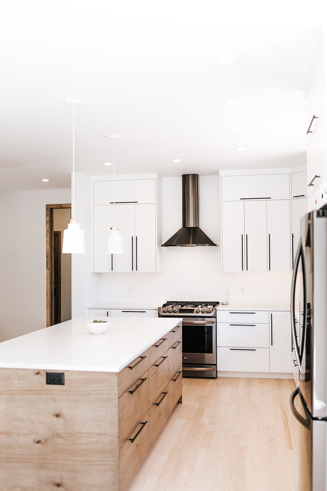 Two Tone Modern Kitchen Cabinets Two toned modern Kitchen   Alpine Cabinetry : Alpine Cabinetry
